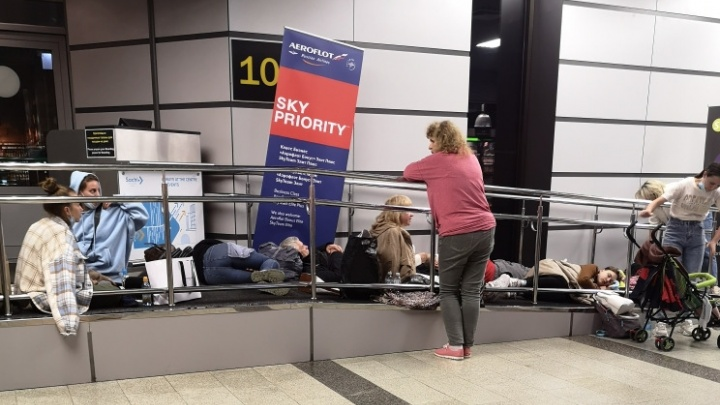 «Дети спят на полу, а рейс пропал с табло». Сотни свердловчан застряли в аэропорту Сочи, вылет задержан на 10 часов
