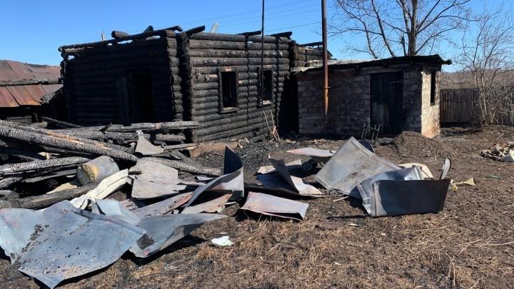 Говорю: «Мужики, мой дом горит»: у пожарного из Прикамья полностью сгорело жилье. Он сам приехал его тушить