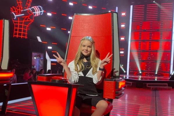 В этот раз Лиза Сметанникова на шоу берет интервью у участников, к которым повернулись наставники