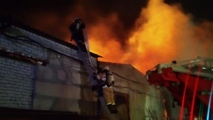 В Волгограде тушат крупный пожар на складах у Волги