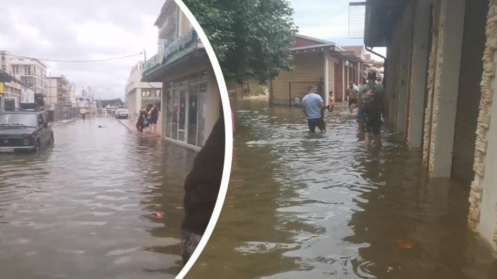 «Люди все равно идут на море»: тюменка показала затопленную после сильного ливня Анапу