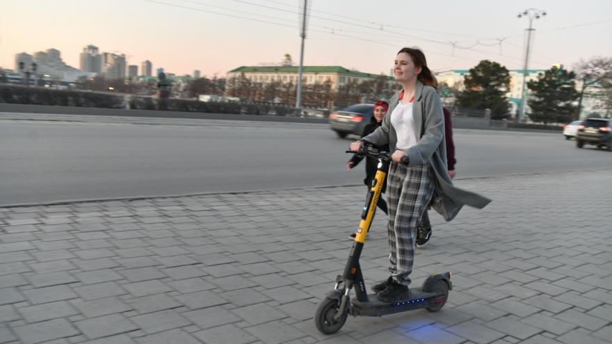 «Отнимать пространство у пешеходов неправильно». Что делать с дорожками для самокатов в Екатеринбурге