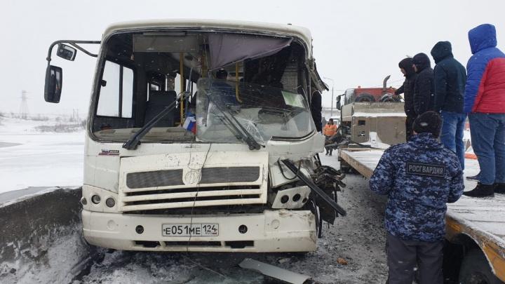 Тягач протаранил прицепом пассажирский автобус в Норильске