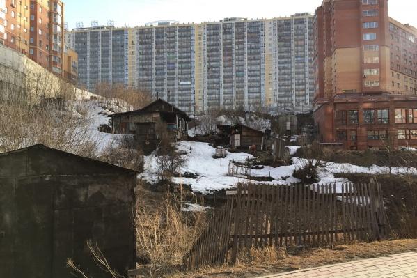 Этот частный дом затерялся среди многоэтажек
