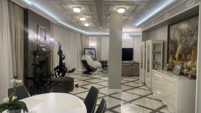 """Коллекционер омского искусства выставил на продажу за <nobr class=""""_"""">27 миллионов</nobr> квартиру на Волочаевской"""