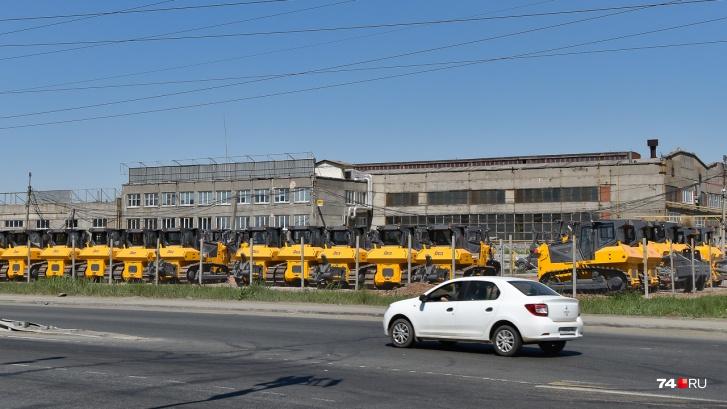 Площадку с тракторами хорошо видно на стыке Героев Танкограда и Северного Луча