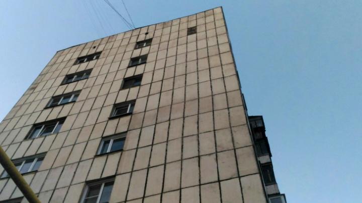В Челябинске жители многоэтажки после обрушения плиты облицовки через суд добились от УК ремонта фасада