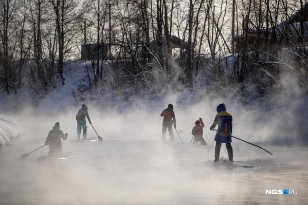 Некоторые участники уже опытные, а некоторые решаются встать на сап первый раз зимой