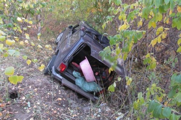 Машина скатилась в кювет, а водитель-браконьер убежал по лесу