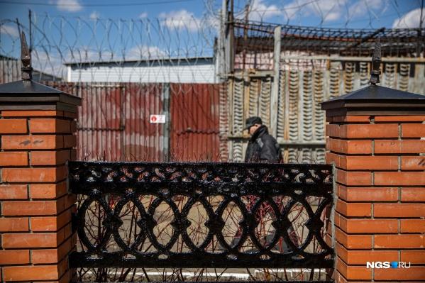 Колония строгого режима в Тогучине — самая большая по числу заключенных в регионе. Здесь отбывают наказание более 1300 заключенных. Они работают в литейном цехе, шьют обувь для администрации и местных колоний, ходят в спортзал, который создали сами, и даже играют в КВН