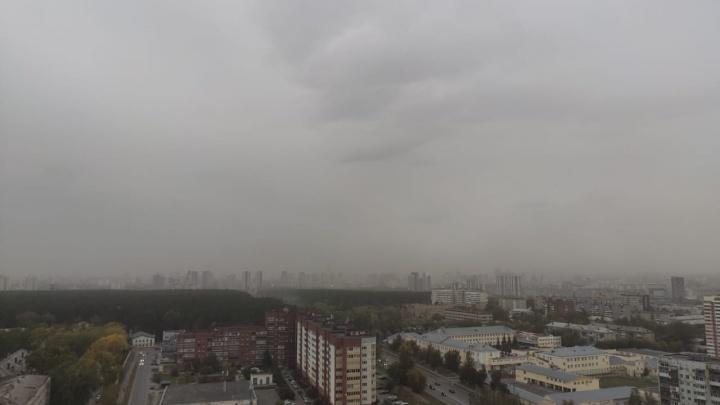 Рвало крыши и сносило заборы: жуткий ураган в Екатеринбурге в одном видео