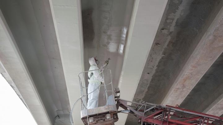 Работаем в две смены: дорожники пообещали к осени открыть мост на трассе под Волгоградом