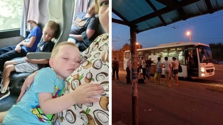 Водитель рейсового автобуса тронулся в путь, оставив на трассе челябинку с ребенком. В салоне был еще один ее сын
