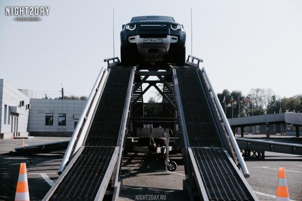Представители команды Land Rover Experience провели тест-драйв мощных внедорожников и показали их скрытые возможности