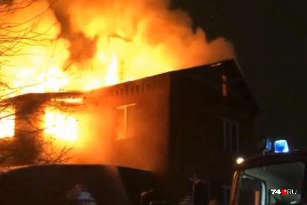 Двухэтажный кирпичный дом медиков выгорел за считаные минуты