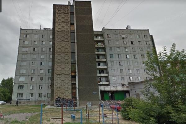 """Женщина просидела на перилах балкона <nobr class=""""_"""">7-го</nobr> этажа больше часа"""