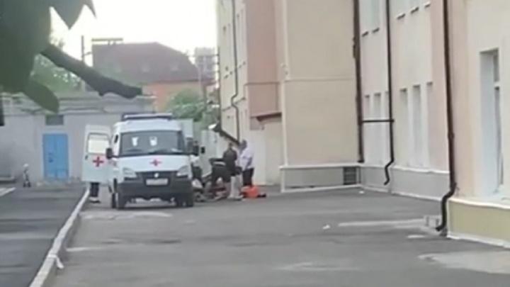 Подросток выпал из окна ростовской школы № 17