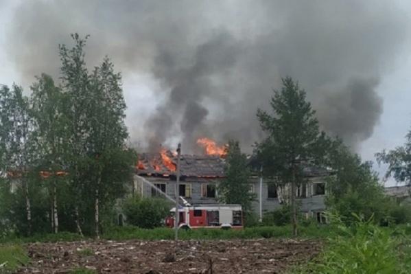 Черный столб дыма был виден довольно далеко от места пожара