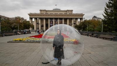 «48 часов» в Новосибирске: посмотрите на людей в пузырях, дом на колесиках, выборы с обманом и ожившие витрины
