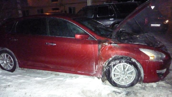 Ночью в Архангельске загорелся Nissan. Очевидец тушил его снегом до приезда спасателей