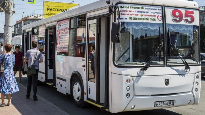 В Новосибирске мужчина зашел в автобус и ранил ножом пассажира