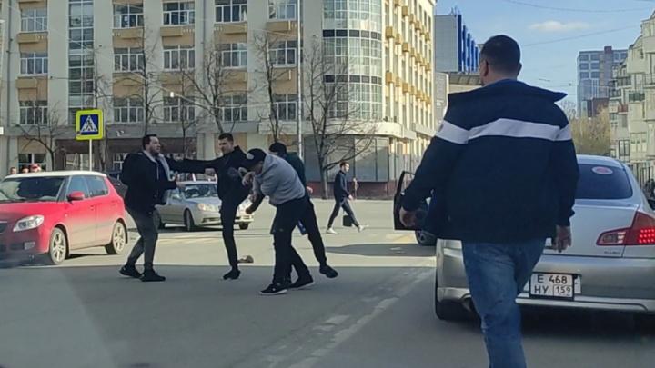 В центре Екатеринбурга автомобилисты устроили драку на пешеходном переходе. Видео