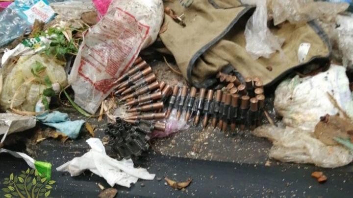 На омском мусоросортировочном заводе в отходах нашли ленту с боевыми патронами