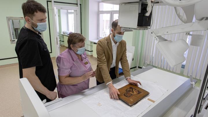 Просветили святыню: икону из челябинского музея увезли в больницу на рентген