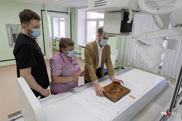 Икону, как пациента, уложили на больничную кушетку и просветили