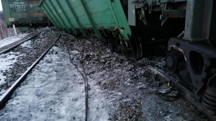 Из-за схода вагонов в Челябинской области пассажиров пересадили на автобусы и отменили электрички