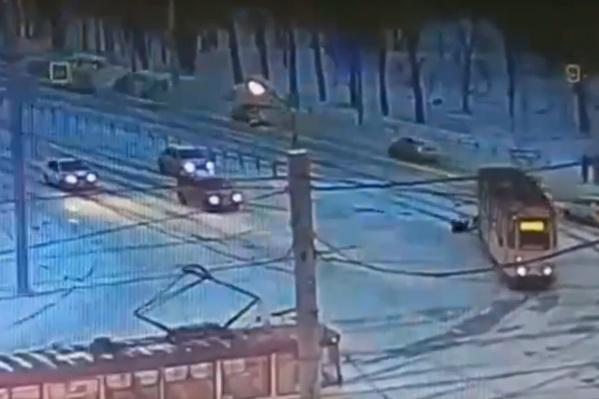 Мужчина выходил из трамвая, когда ему дверью зажало ногу