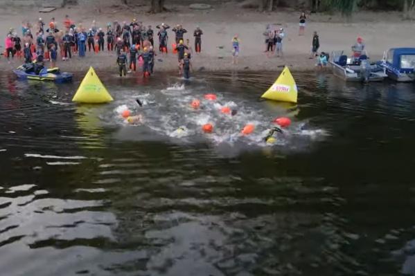 Любители плавания вышли на воду рано утром