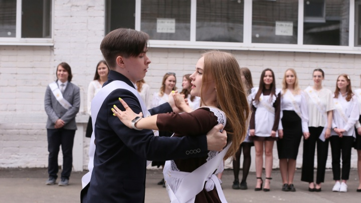 «Давайте вместе не будем забывать»: смотрим, как в Instagram выпускники прощаются со школами