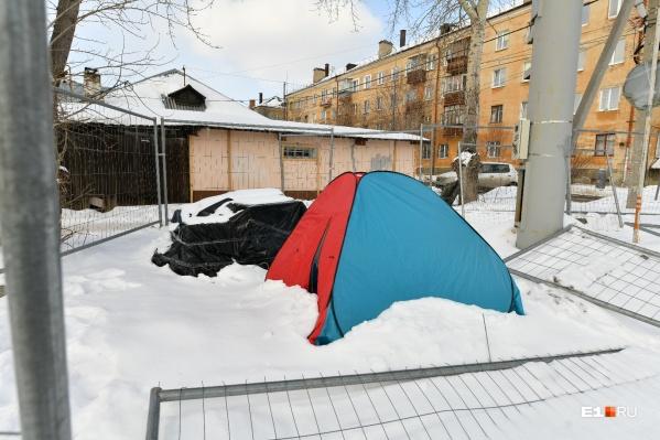 Палатку у сотовой вышки установили ее противники