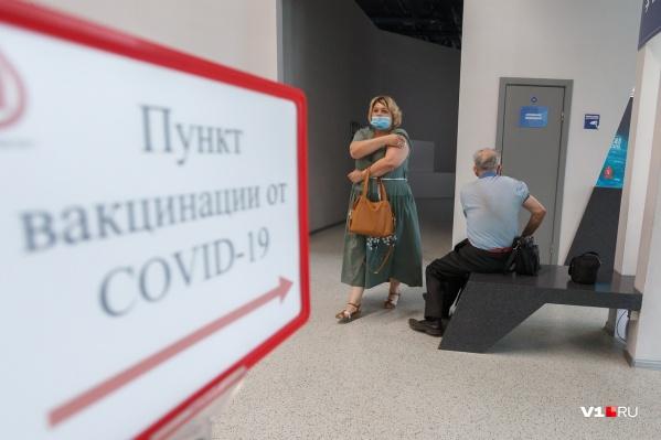 Вакцинироваться сейчас можно и в поликлиниках, и в торгово-развлекательных центрах, и даже в музее