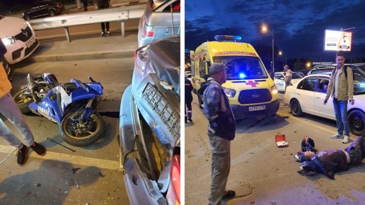 «Гонщик упал, а мотоцикл полетел кувырком». Подробности о ДТП в Академическом, где байкер протаранил четыре авто
