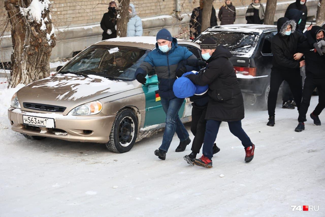 За митингующими наблюдали сдержанно, но без задержаний не обошлось