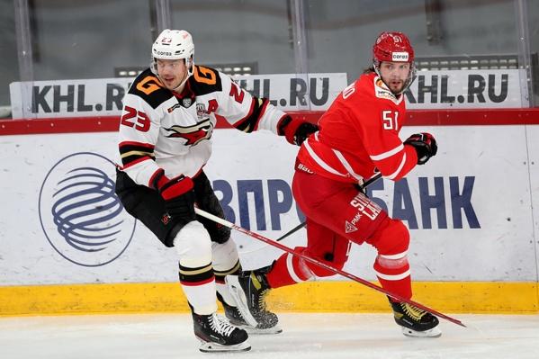 Андрей Стась так соскучился по хоккею, что всю игру трогал соперников