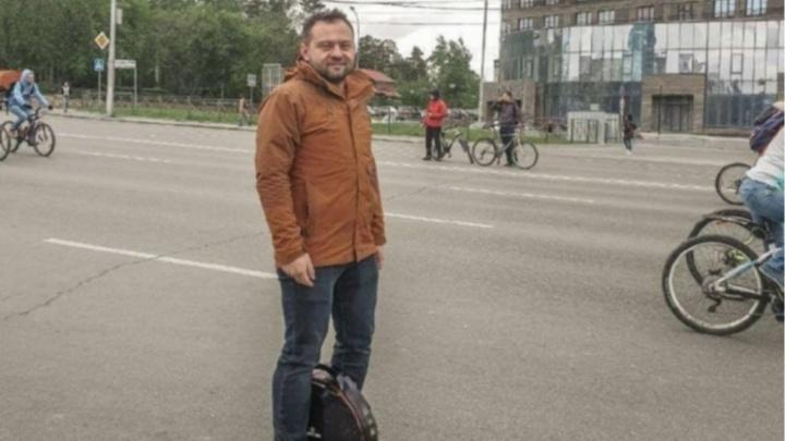 «Иногда люди пугаются»: как депутат Горсовета 4 года передвигается по Новосибирску на моноколесе