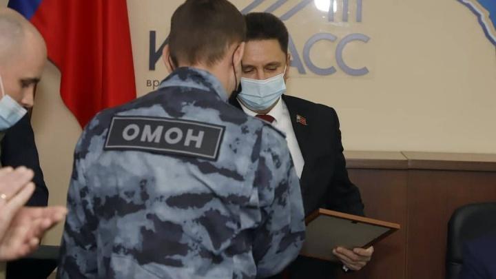 Кузбасские депутаты наградили ОМОН и СОБР за охрану общественного порядка в «непростое время»