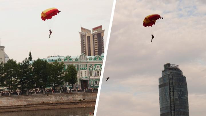 В центре Екатеринбурга заметили парашютистов, прыгавших из самолета прямо в воду. Объясняем, что это было