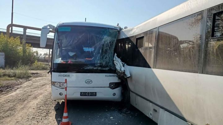 """«Мог """"поймать зайчика""""» — появилась версия столкновения корпоративных автобусов в Омске"""