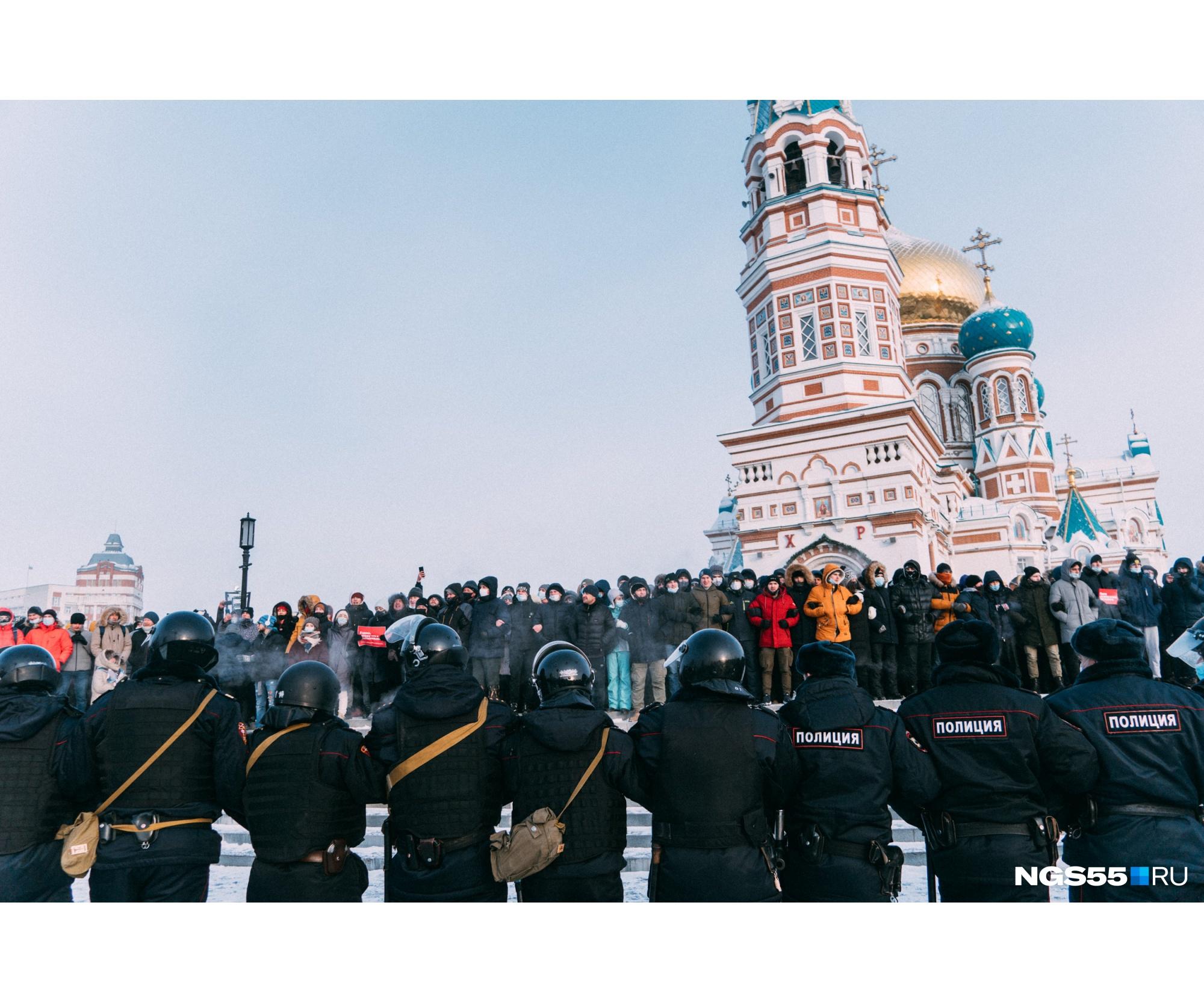 Со временем полицейские и митингующие дистанцировались друг от друга