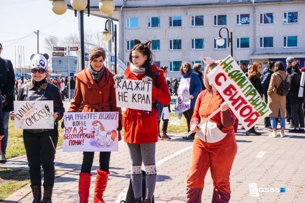 Лозунги на плакатах «монстрантов» порой граничат с абсурдом