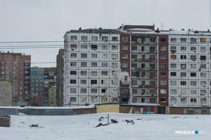 Примерно так в Норильске выглядит около половины всего жилья