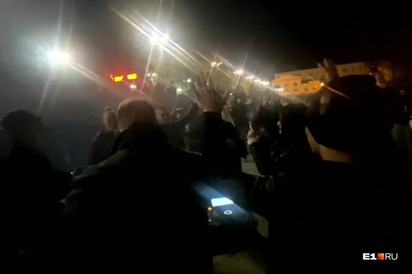 Несколько десятков человек в четверг собрались на Плотинке, несмотря на холод