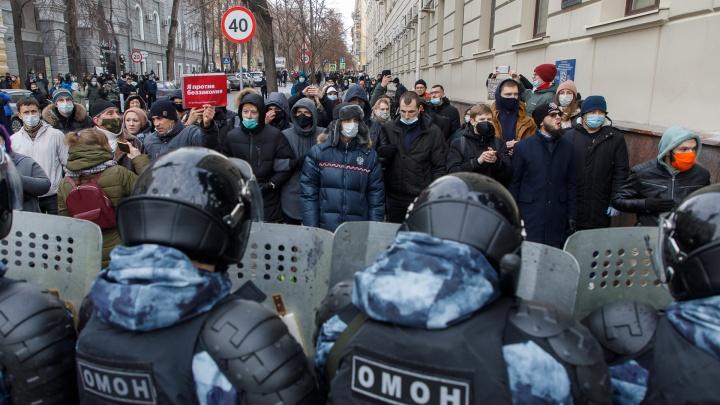 В Волгограде сотрудники ОМОНа оттеснили митингующих от здания областной администрации — видео