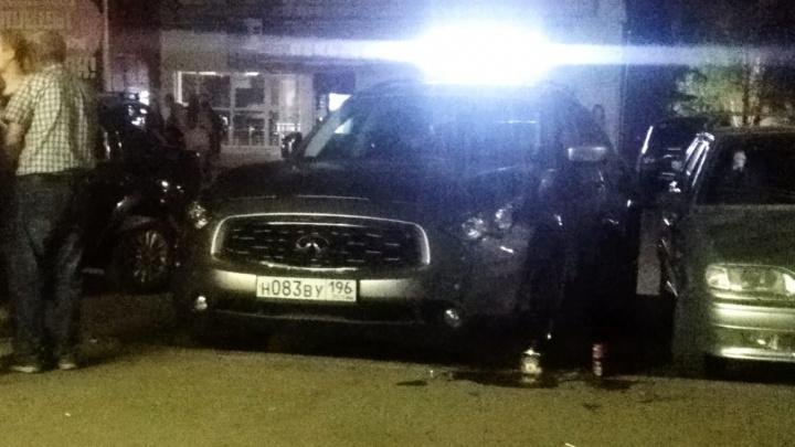 В Березовском сняли на видео, как парни на Infiniti протаранили припаркованный ВАЗ со стоящей рядом компанией