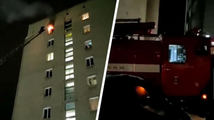 В Бердске загорелась квартира — пожилого жильца увезли на скорой