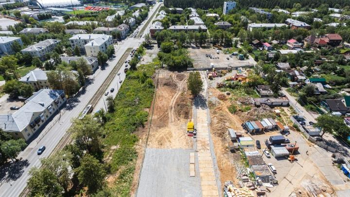 «Район оживает»: на севере Екатеринбурга начали готовить площадку под строительство дома с башенками